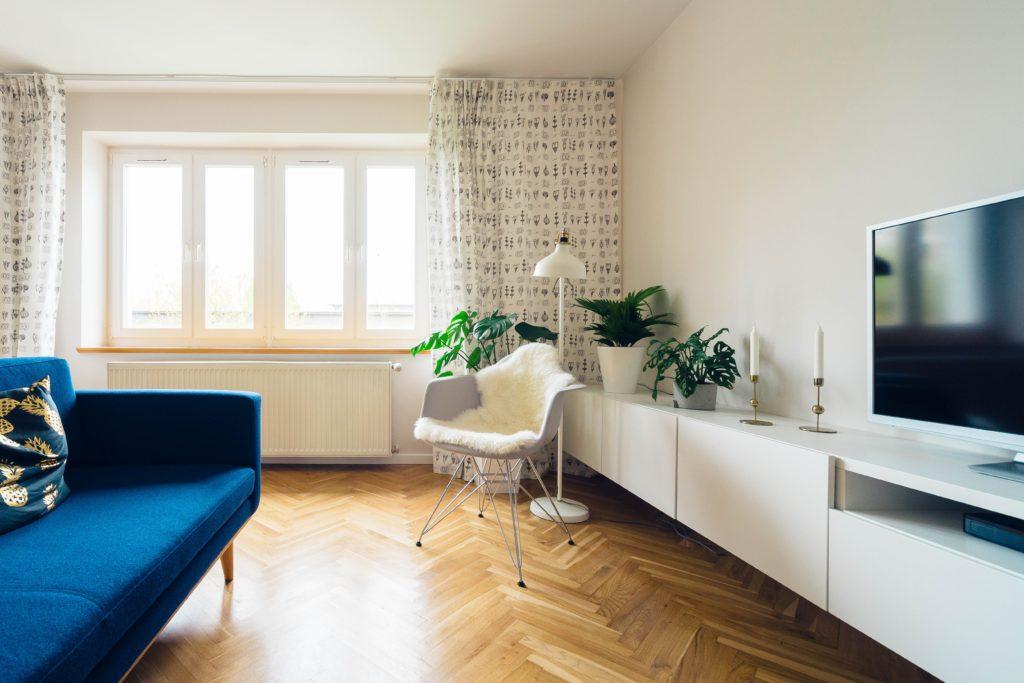 vista interior de apartamento de lujo con sillas, muebles, adornos y mesa