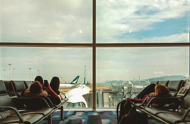 Dos personas acostadas en las sillas de espera del aeropuerto