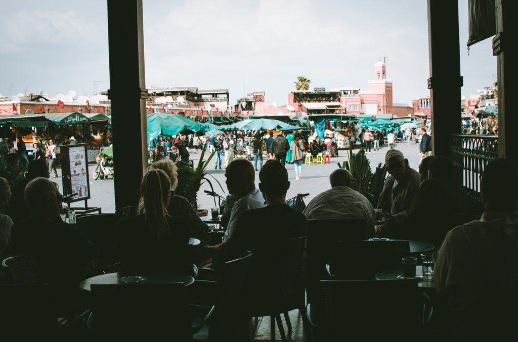 personas-sentadas-en-sillas-en-marruecos