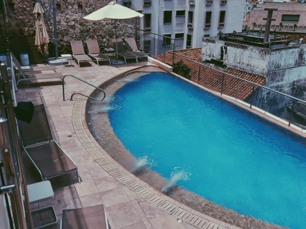 piscina-del-hotel-movich-ciudad-amurallada